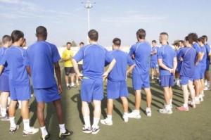 Luis Rueda conversando con los jugadores en el arranque de la temporada