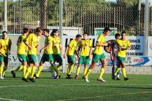 Los jugadores del Sporting vistieron con elástica amarilla ante los juveniles del CD Menorca. Los hombres de Joan Esteva, todavía faltos de ritmo, encontraron de inicio a un rival batallador en los juveniles que entrena Lluís Vidal. Laura P. Bedoya