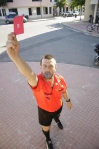 Joan Devesa deja el arbitraje tras 20 años en los campos de fútbol de Menorca. 15-08-2010   J. Bagur