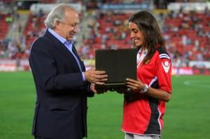 Marga Crespí recibe una placa.