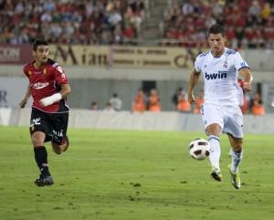 Pau Cendrós trata de alcanzar a Cristiano Ronaldo. Foto futbolbalear