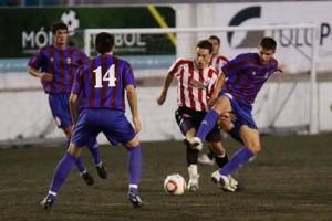 El visitante David Moll pugna por el balón con Raúl ante la mirada de Paulo y Melià - Javier