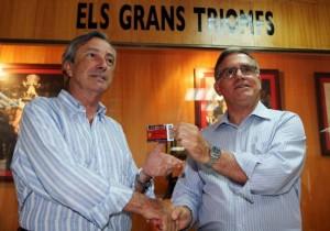 Josp Pons hizo entrega del carnet de socio al embajador de España en Estados Unidos, el mallorquín Jorge Dezcallar