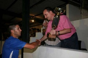 Trofeo. El capitán sportinguista, Miquel Capó, fue el encargado de recogerlo de manos de Pau Morlà - Javier