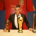 Miguelin, con el trofeo que le acredita como máximo goleador de la División de Plata