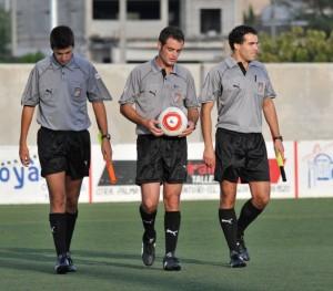 El trio arbitral del partido