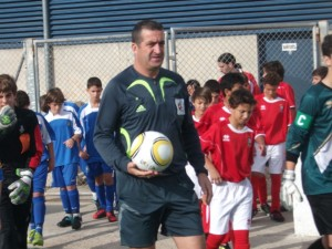 El arbitro con ambos equipos