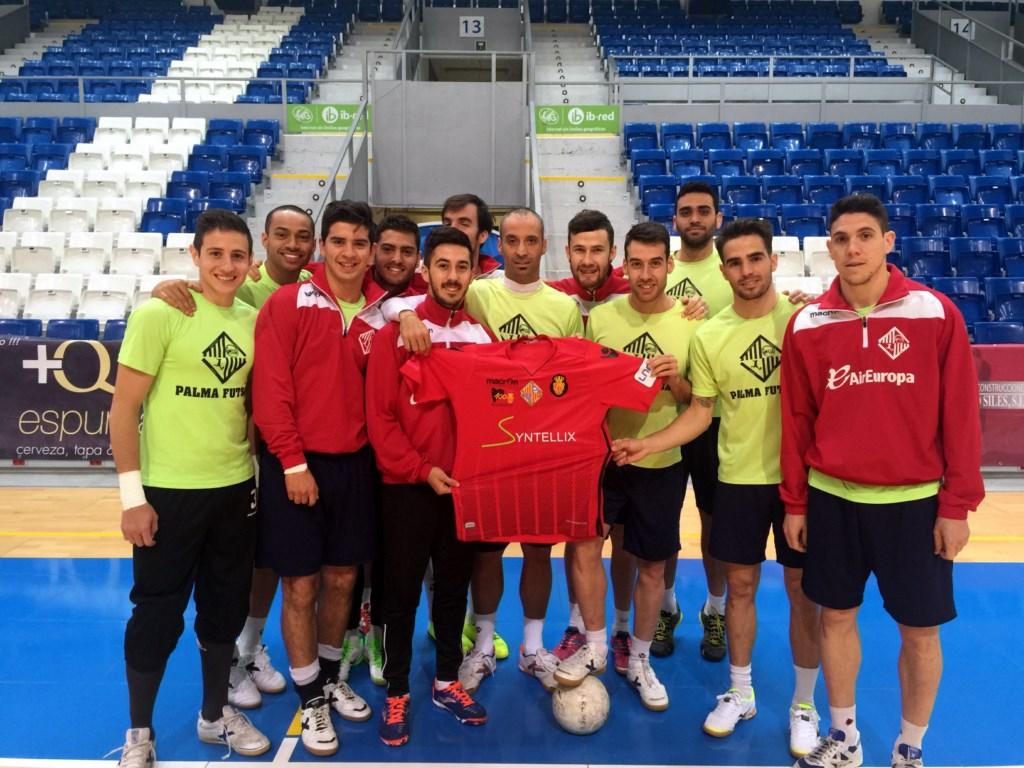 La plantilla posa con la camiseta del partido. El conjunto balear recibe al  F.C. Barcelona Lassa ... fd574f78965fa