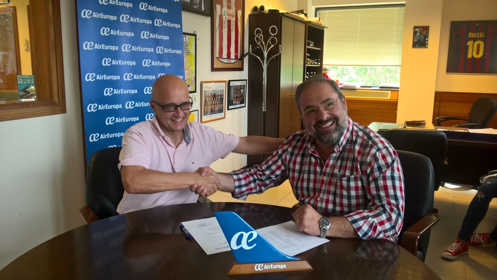 Firma de patrocinio de air europa con el collerense - Oficinas de air europa ...