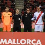 El trío arbitral con los capitanes y cuarto árbitro
