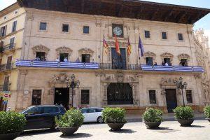 Cort luce la bandera del Atlético Baleares para animar al ascenso a Segunda 57 años después
